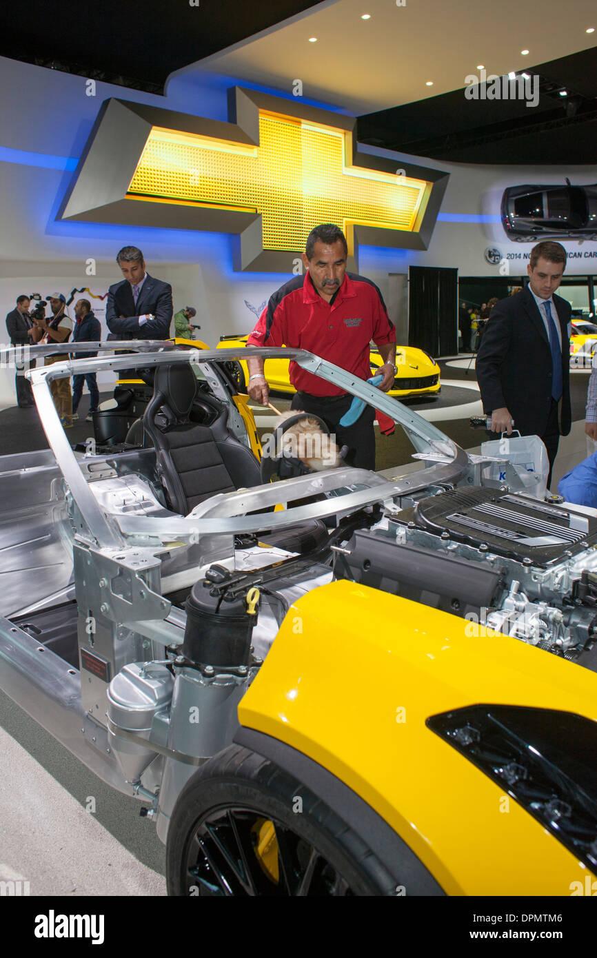 Ein Arbeiter reinigt die Aluminium-Rahmen des Chevrolet Corvette Z06 ...