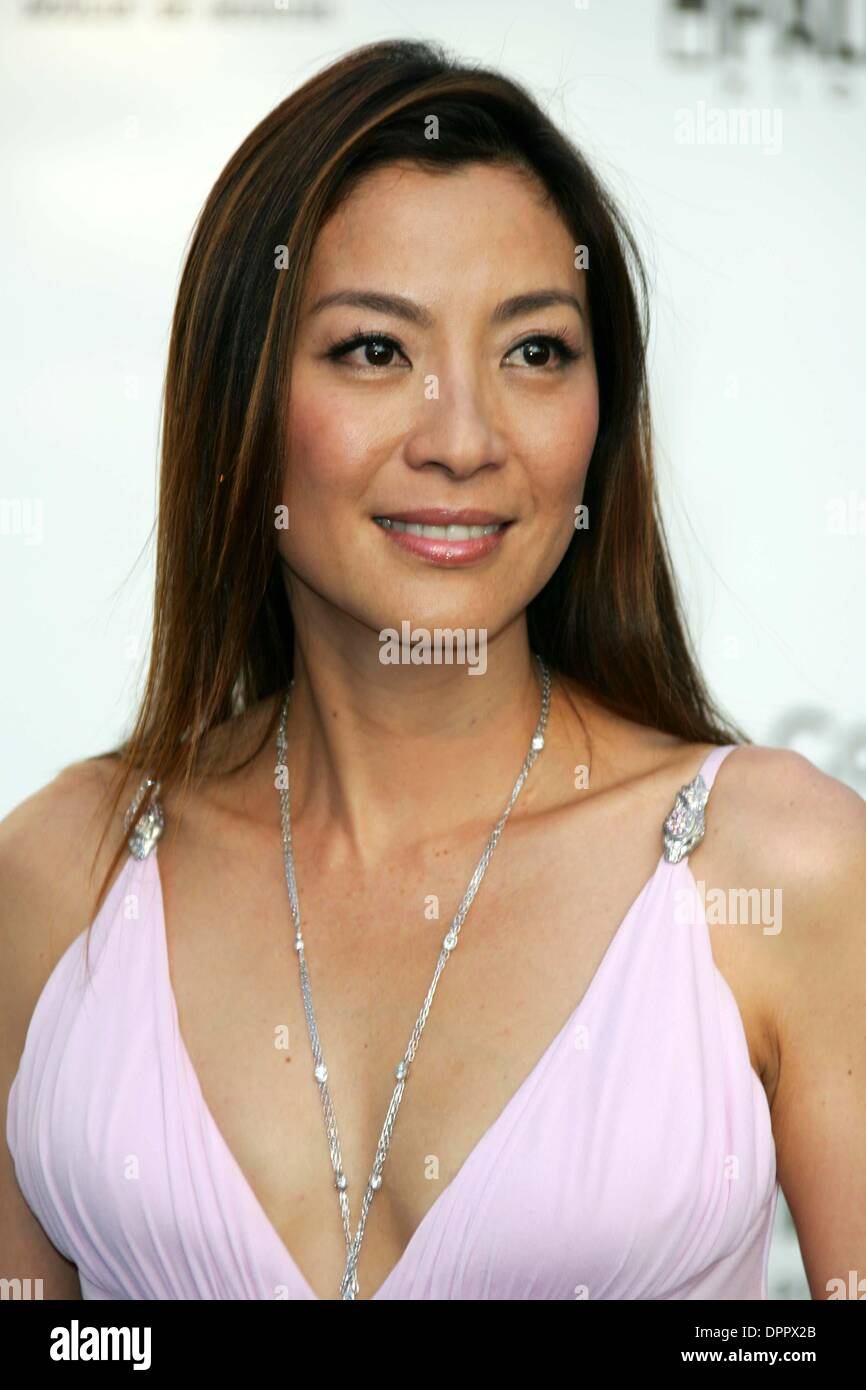 26. Mai 2006 - MICHELLE YEOH. AMFAR KINO GEGEN AIDS GALA.59TH CANNES FILMFEST. LE MOULIN DE MOUGINS, MOUGINS, FRANKREICH, 25.05.2006. ALEC MICHAEL-PHOTOS(Credit Image: © Globe Photos/ZUMAPRESS.com) Stockbild