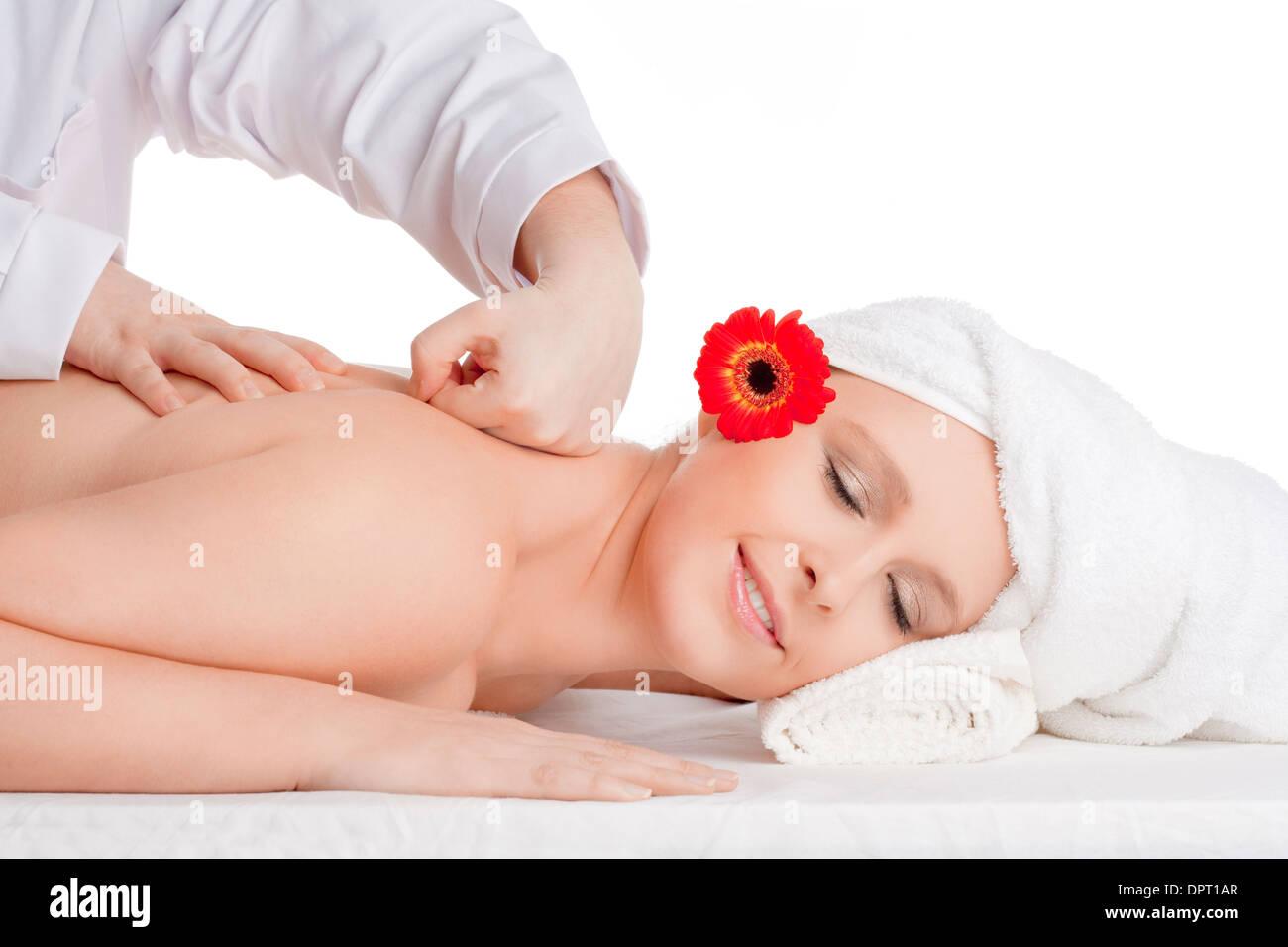Schöne Frau genießen Rückenmassage im Beauty Spa Stockbild