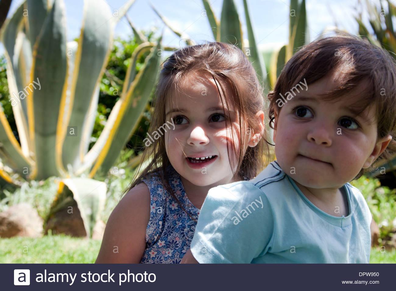Bruder und Schwester Porträt im Garten Stockfoto