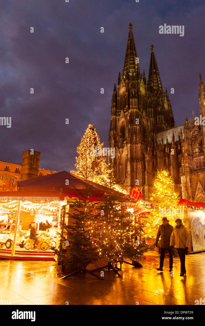 öffnungszeiten Weihnachtsmarkt Köln.Weihnachtsmarkt Am Kölner Dom Markt Bei Nacht Köln Köln