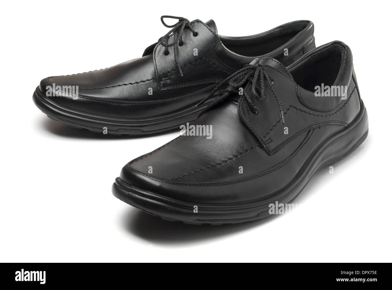 Paar schwarze Lederschuhe isoliert auf weiss mans Stockfoto