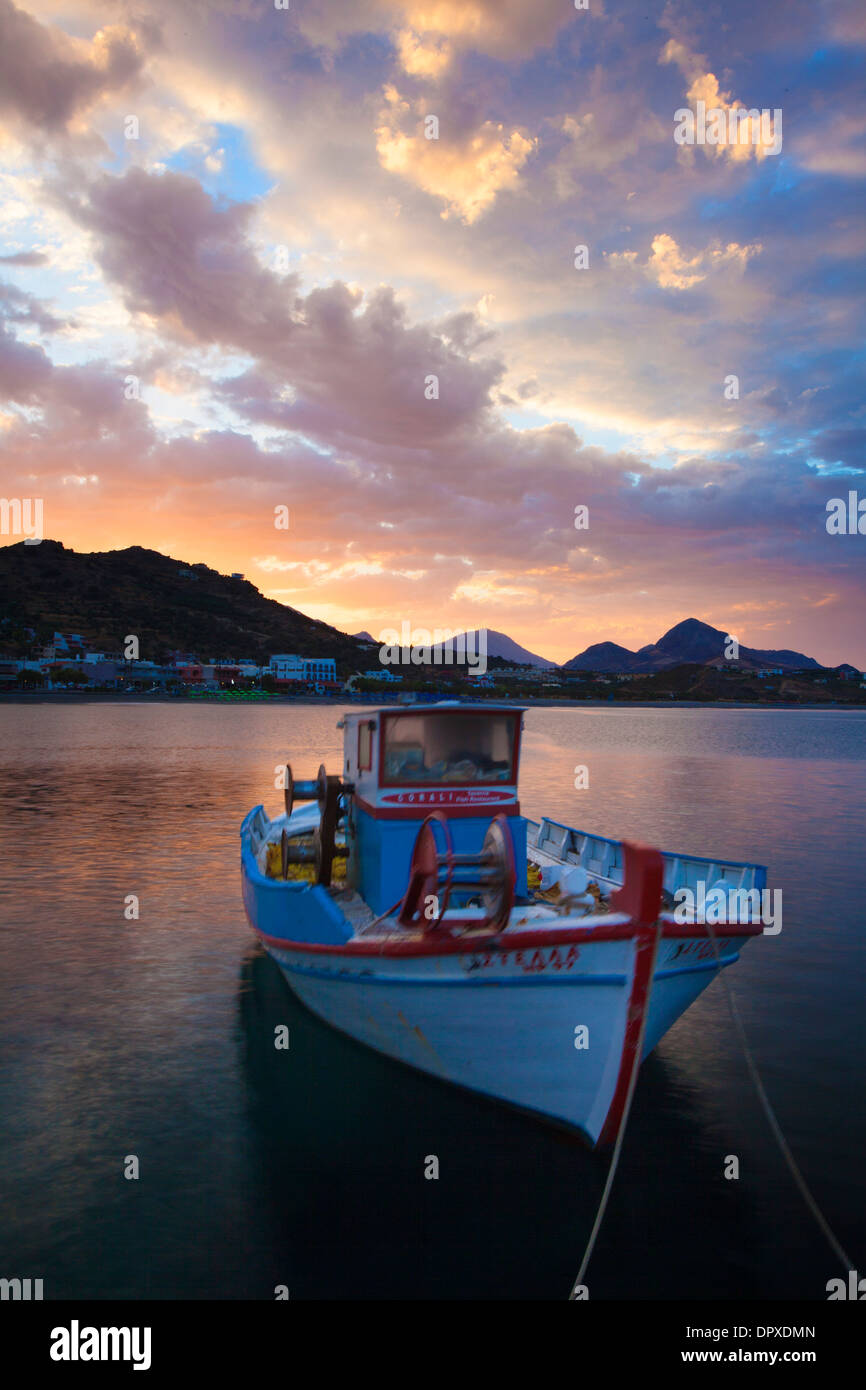 Sonnenaufgang über dem Hafen von Plakias, Bezirk Rethymnon, Kreta, Griechenland. Stockfoto