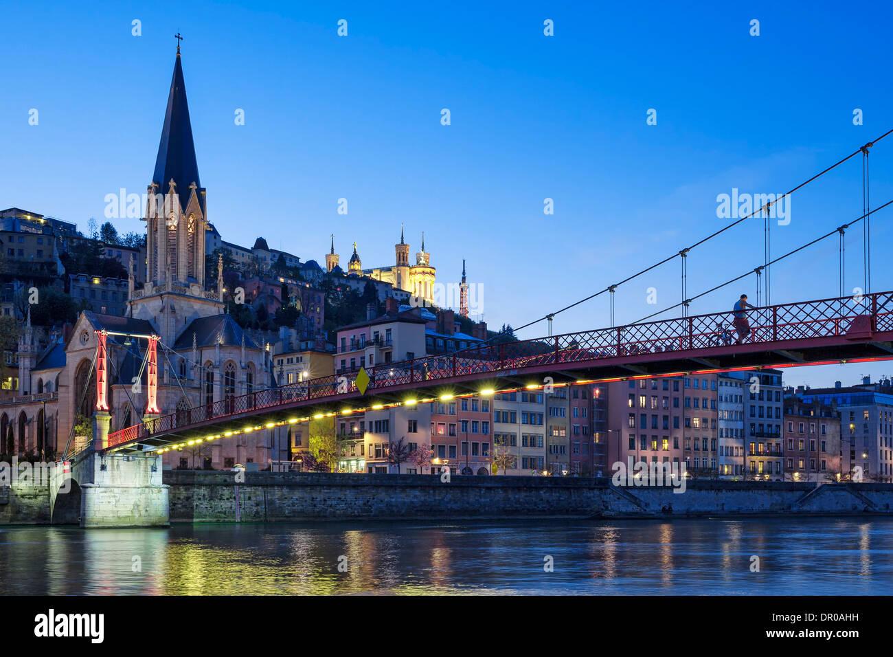 Berühmten Blick auf die Kirche in Lyon mit Saône in der Nacht Stockbild