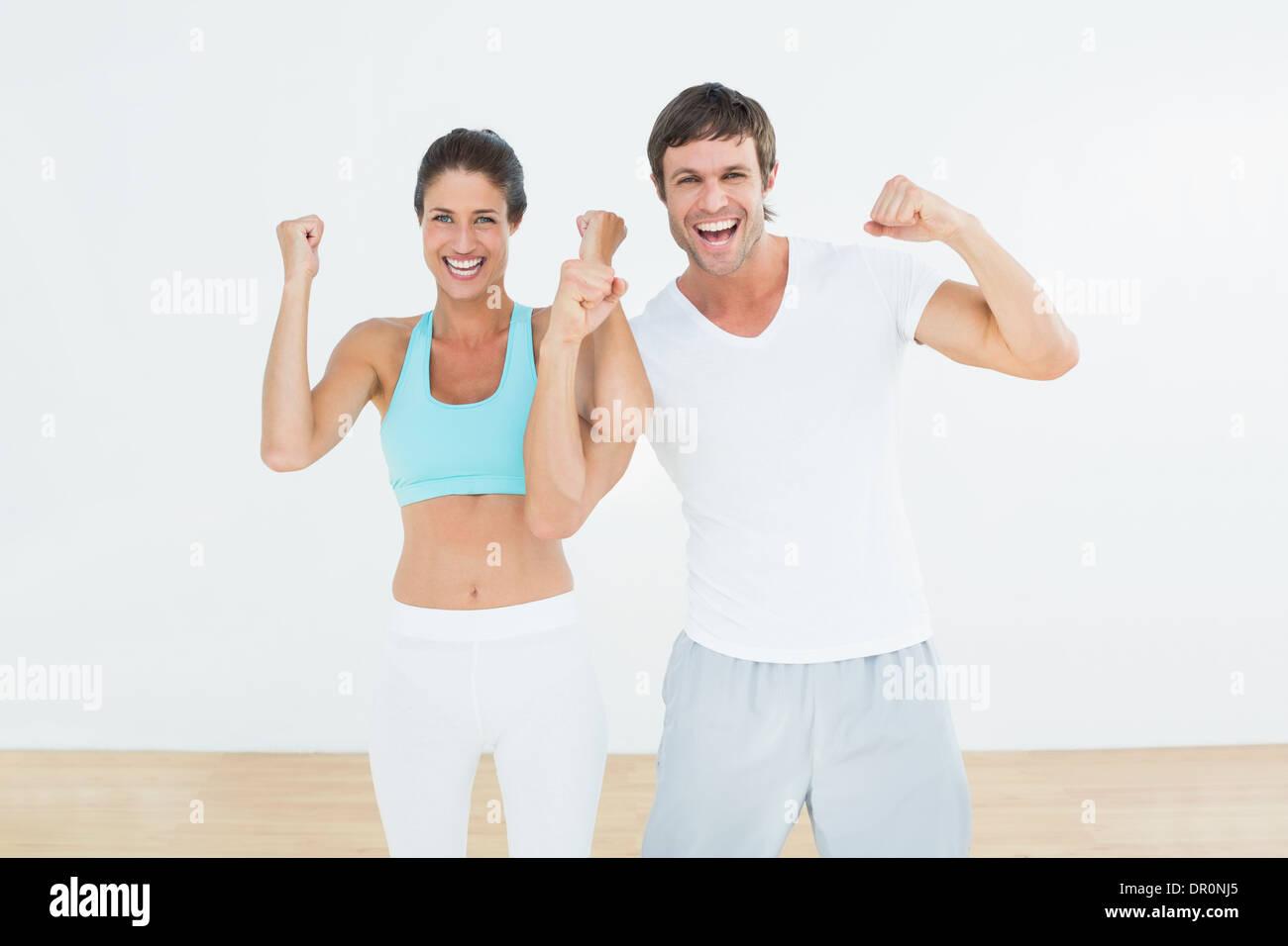 Fröhliche Fit paar ballte die Fäuste im Fitness-studio Stockbild