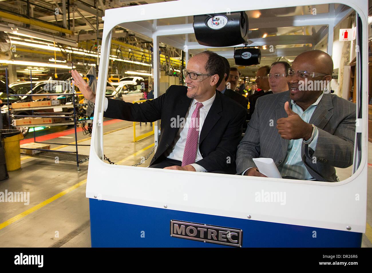 US-Arbeitsminister Thomas Perez während eines Besuchs in der Ford Motor Company Louisville Montagewerk 20. November 2013 in Louisville, KY. Stockbild