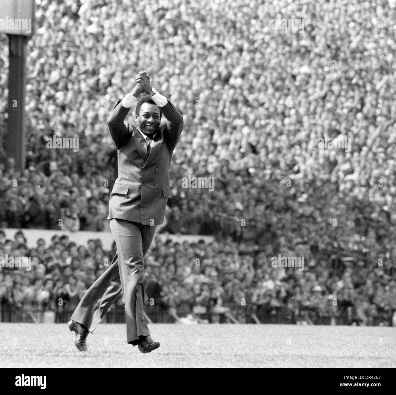 Fußball-Legende Pele begrüßt das Publikum vor dem Spiel zwischen ARSENAL V ASTON VILLA in HIGHBURY 1981 Stockfoto