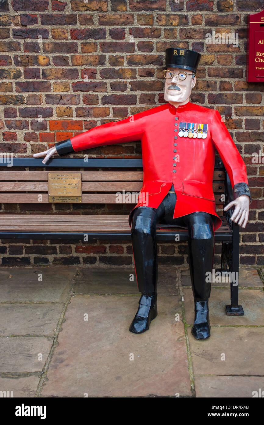 Modell Chelsea Rentners sitzen auf Bank, The Royal Hospital Chelsea Stockbild