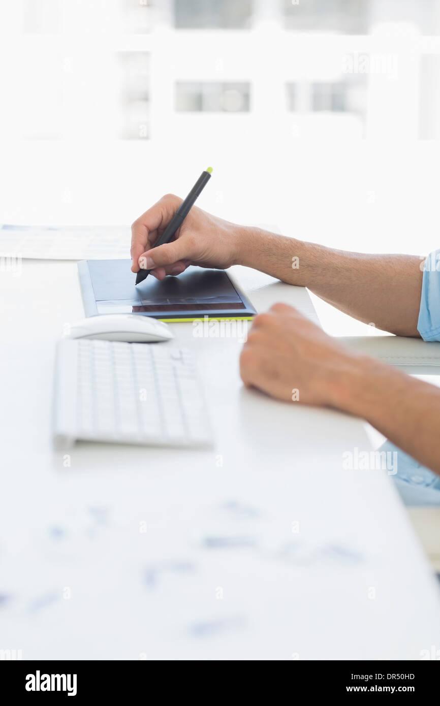 Lässige männlichen Bildbearbeitung mit Grafiktablett Stockfoto