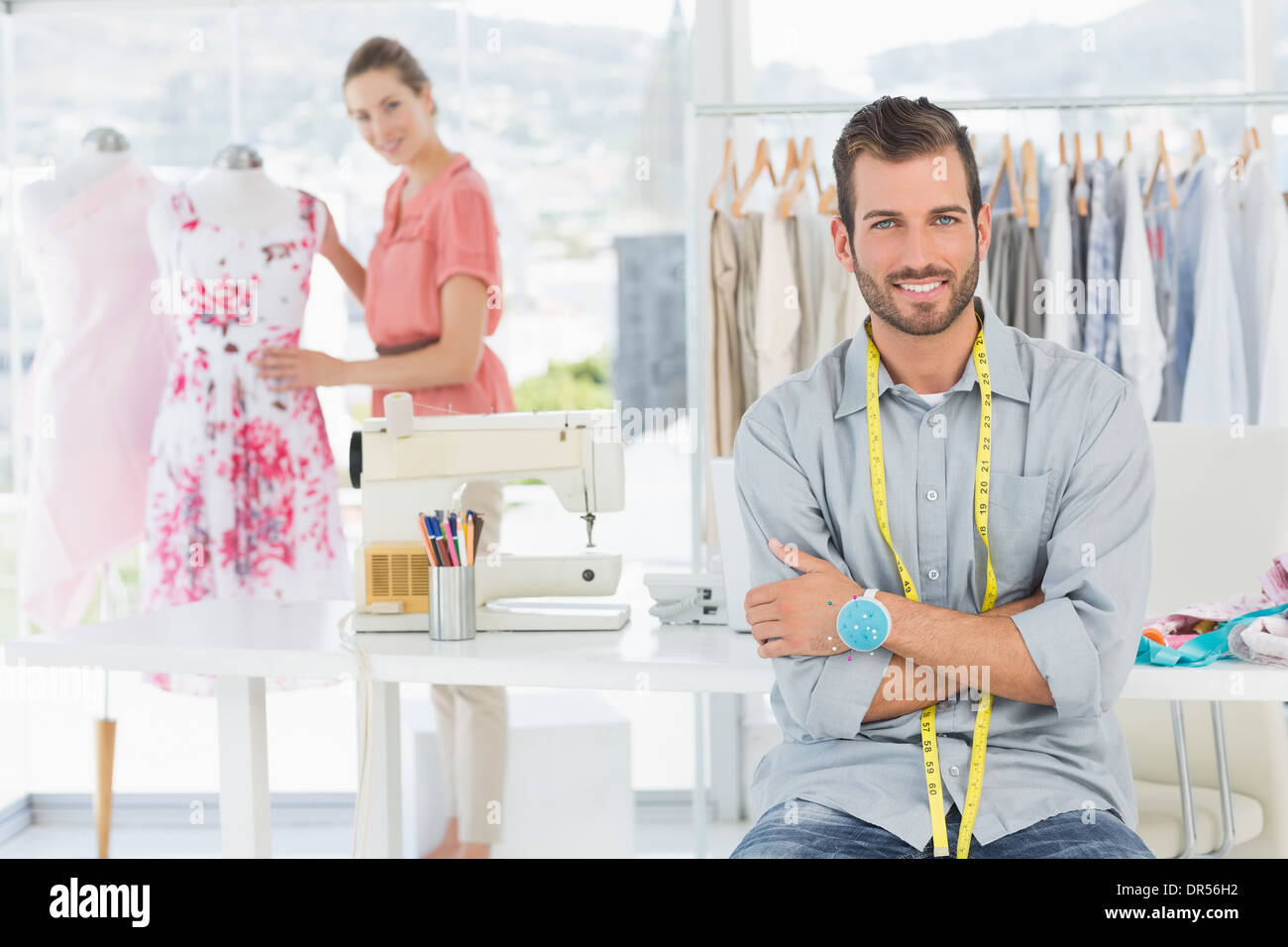 Porträt des Mannes mit dem weiblichen Modedesigner arbeiten im studio Stockbild