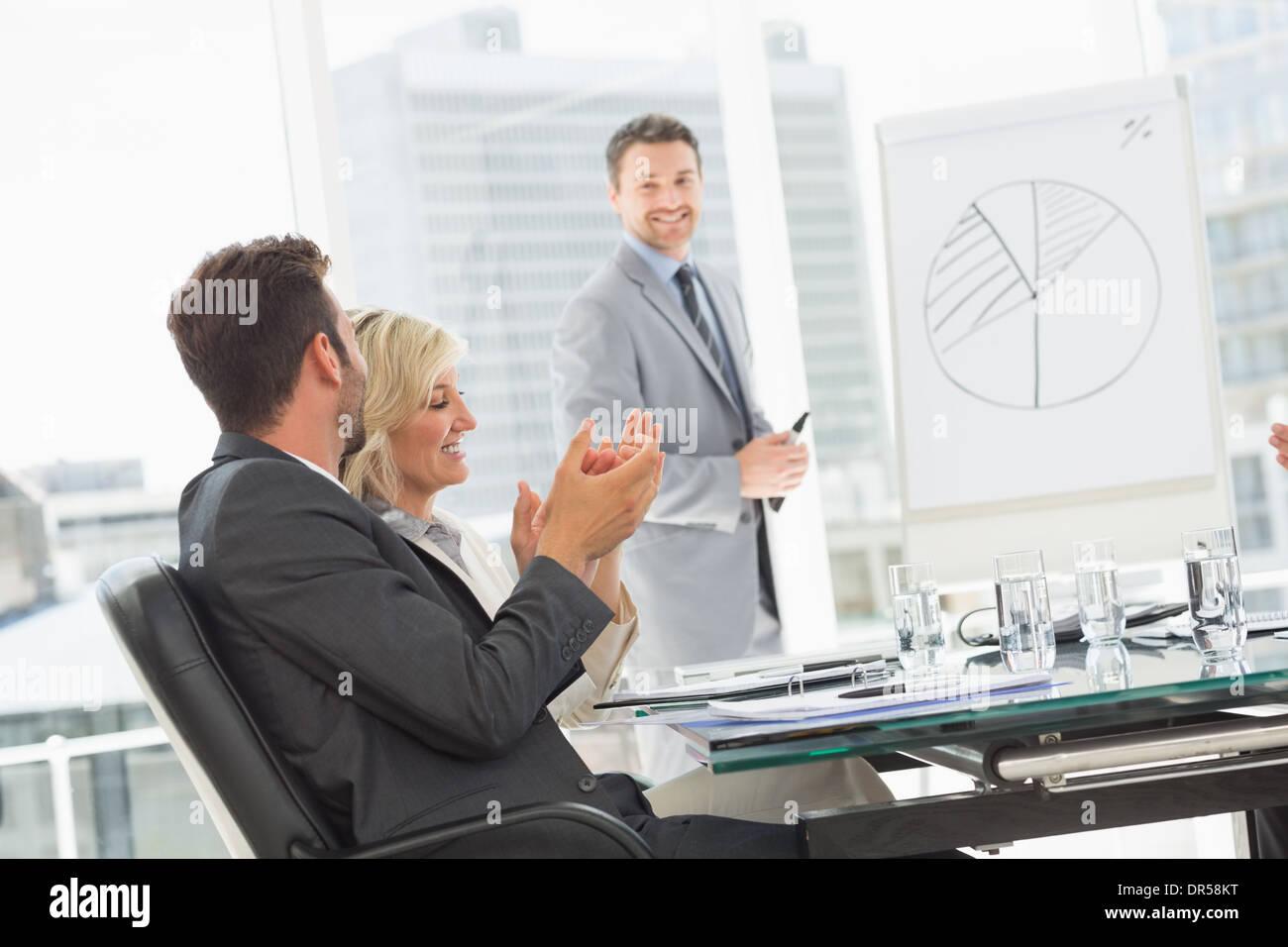 Geschäftsleute im Büro bei Präsentation Stockbild