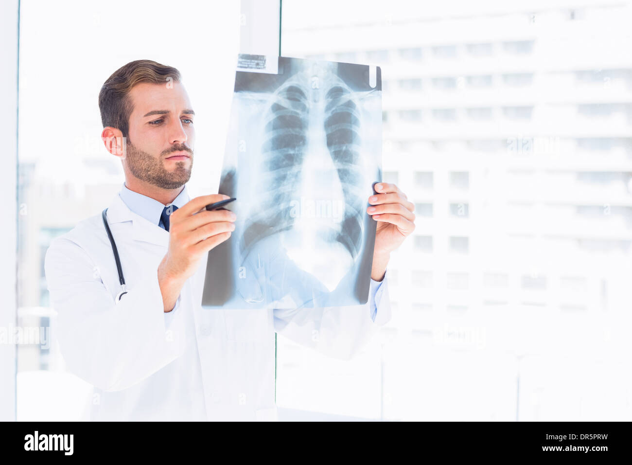 Männlichen Arzt Untersuchung Röntgen in der Arztpraxis Stockfoto ...