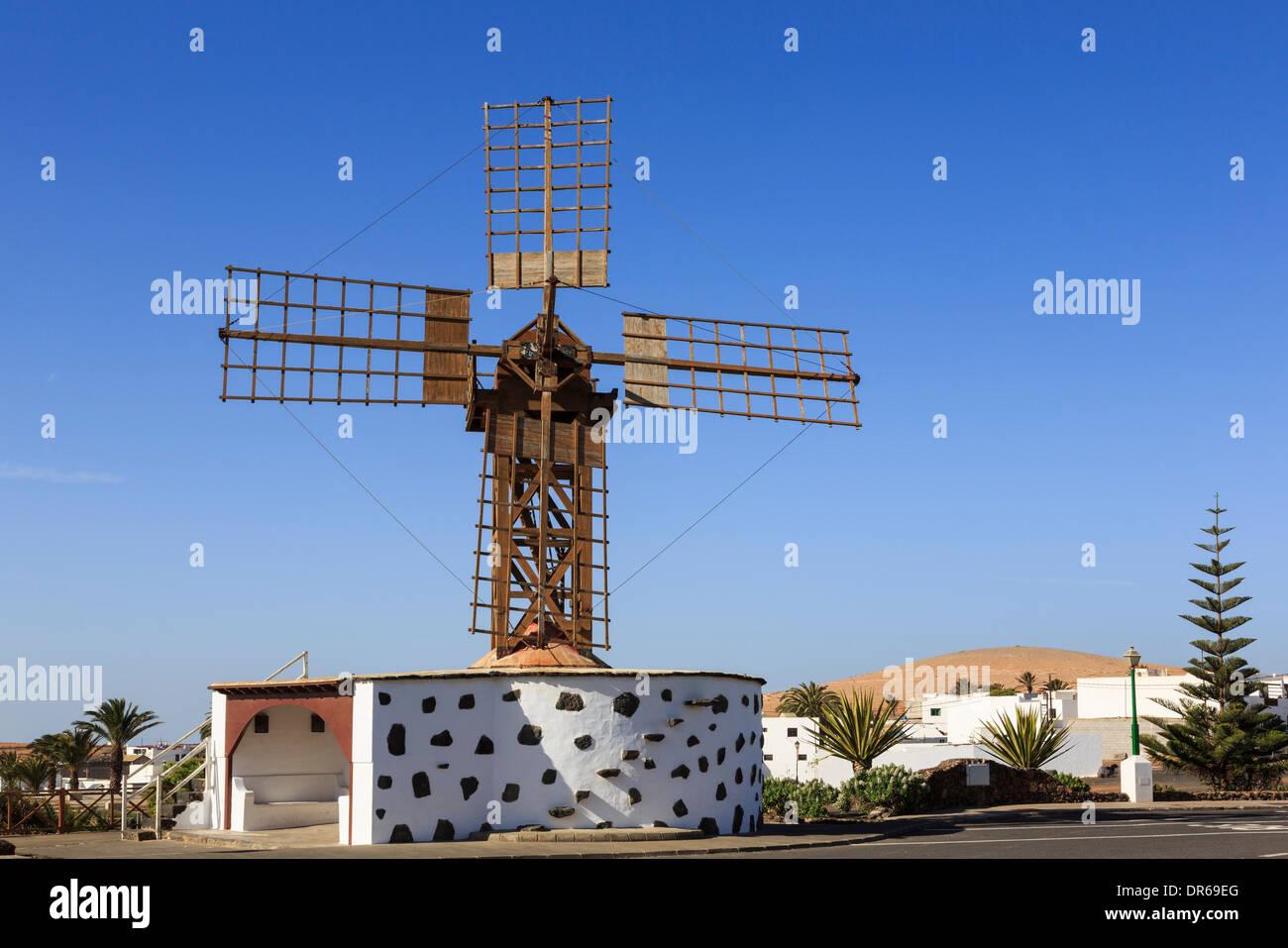 Traditionelle hölzerne Windmühle in alte Stadt Teguise, Lanzarote, Kanarische Inseln, Spanien, Europa. Stockbild