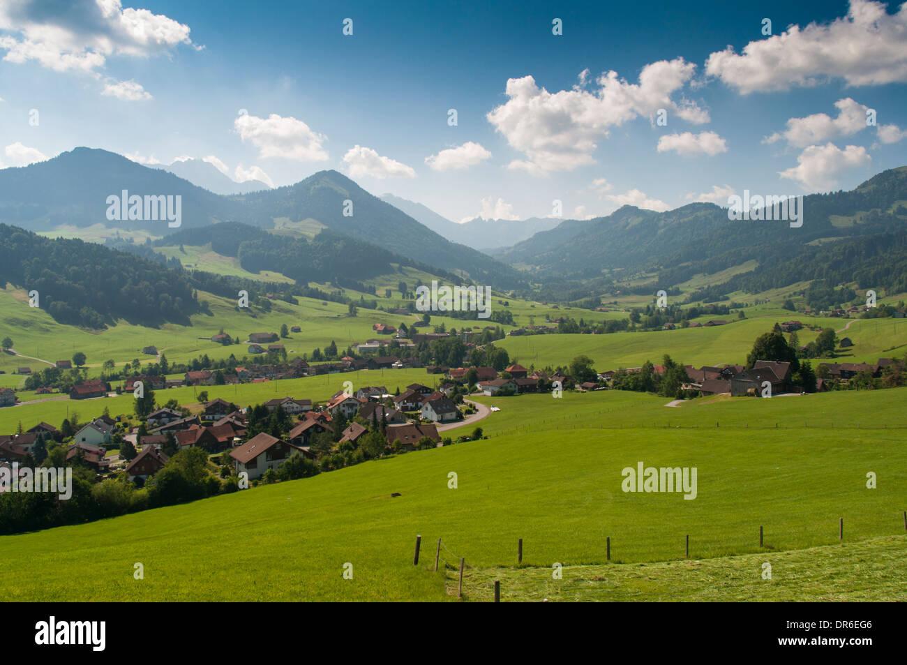 Blick über das Tal in der Nähe von Urnäsch in Richtung der Säntis Bergkette im Appenzeller Land in den Schweizer Alpen Stockbild