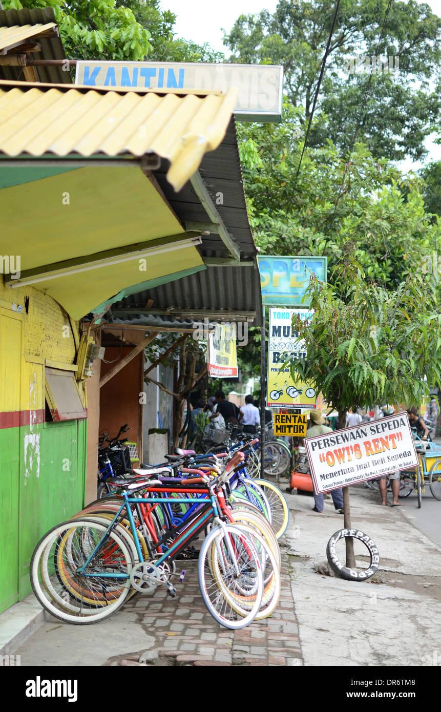 """Fahrradverleih im Dorf Pare oder """"English Village"""" in Indonesien Stockbild"""