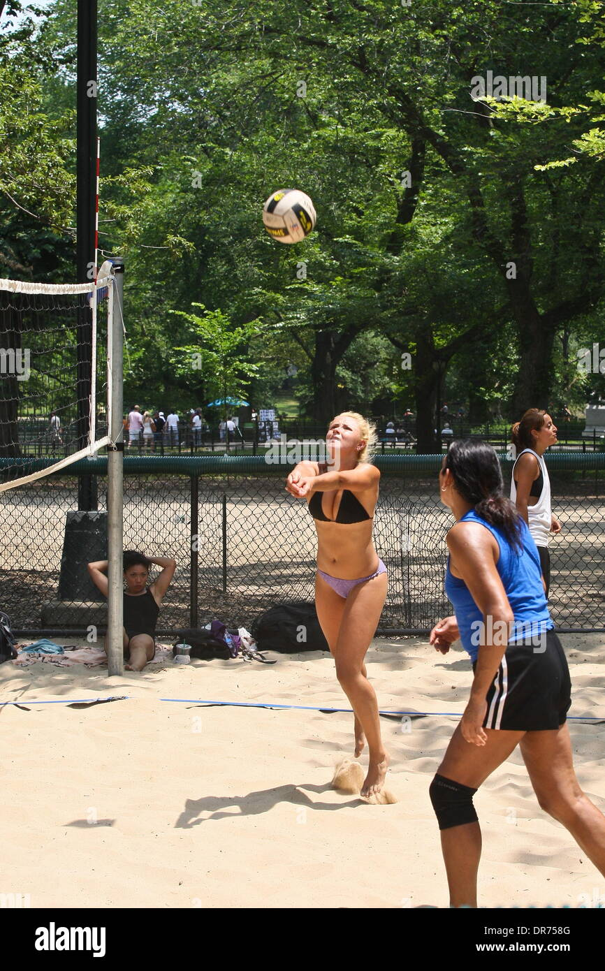 "Stimmung A Mädchen spielen Volleyball am Central Park in Manhattan. Eine Hitzewelle hat New York City und die Tri-State Area mit Temperaturen erreichen über 100F und ersticken Feuchtigkeit ergriffen.  Laut Mike Layer erstellt Meteorologe bei der National Weather Service in New York, Hochdruck über den Osten der Vereinigten Staaten ""stagnierende Wettermuster"", das die Wärme gehalten hat Stockbild"