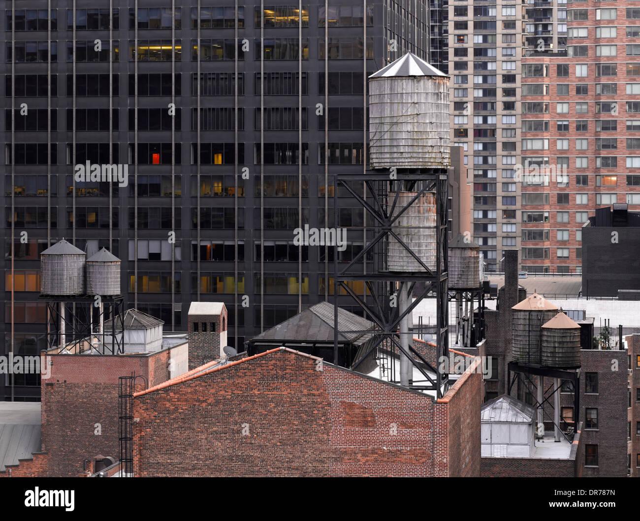 Wassertürme auf Dächern mit Kulisse der hohen Aufstieg, New York, New York. Stockbild