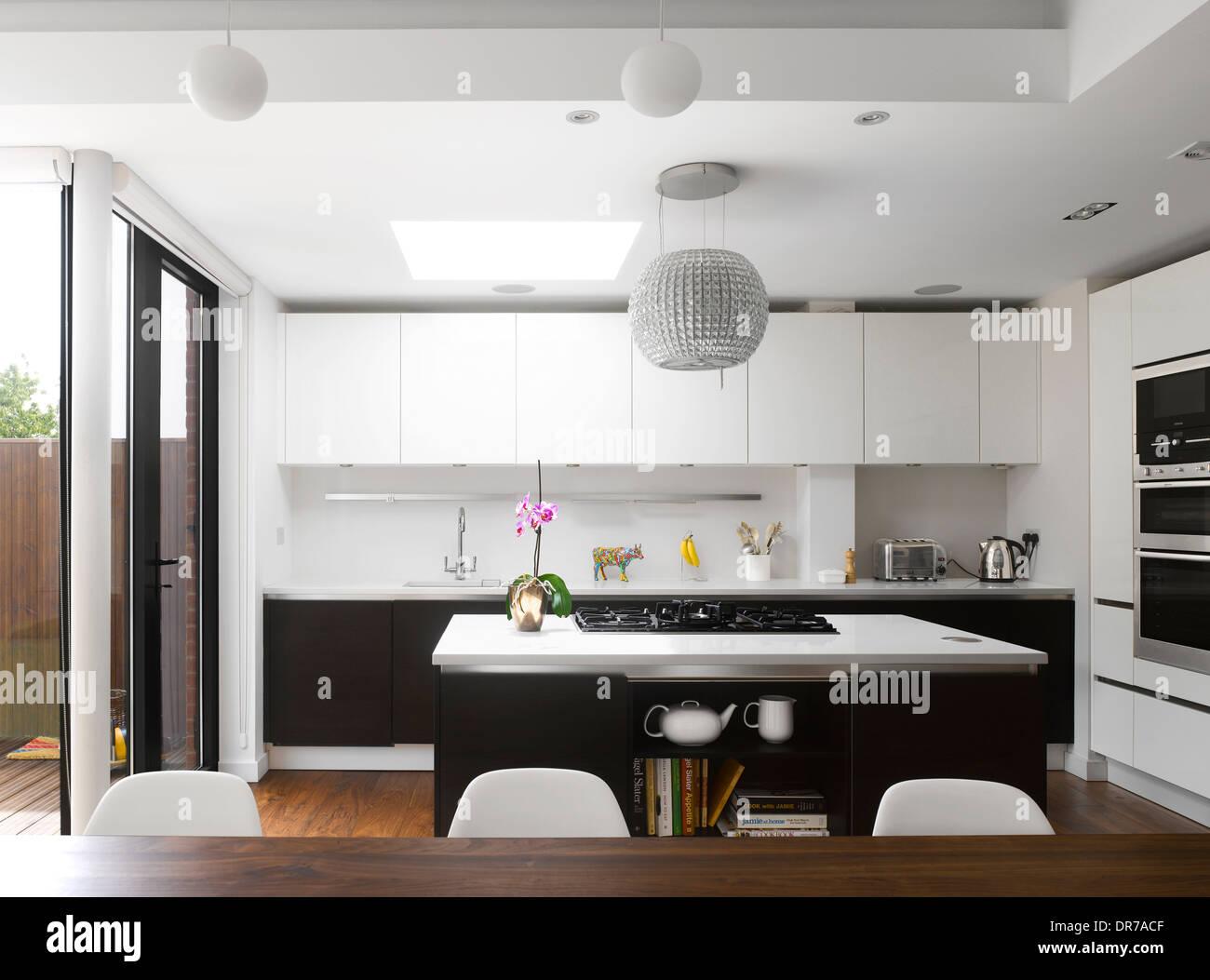 Moderne Küche mit Insel-Einheit und weißen ausgestattet sind ...