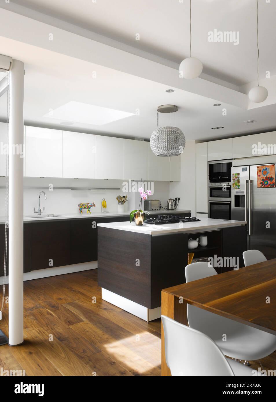 Moderne Küche Mit Insel Einheit Und Weißen Ausgestattet Sind