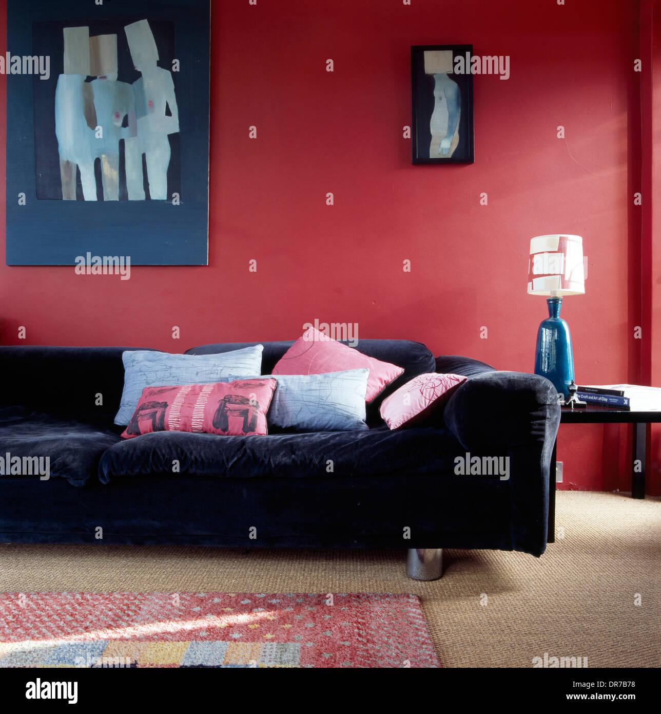 Blau Art und blauem Samt Sofa gegen Pflaume rote Wand im ...