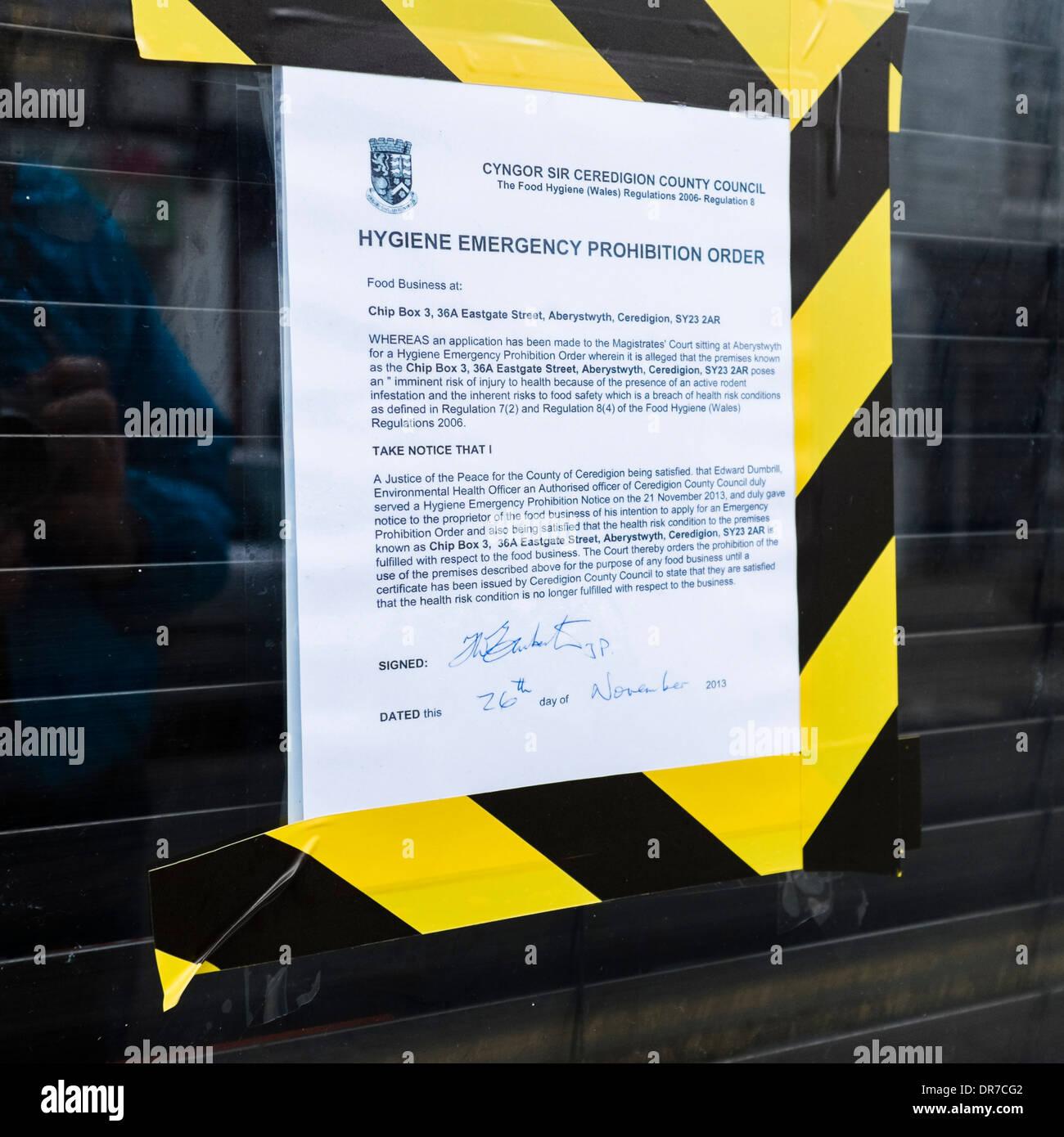 Ein Grafschaftsrat Hygiene Notfall Betretungsverbot auf einem Chip Shop Fenster geschlossen für die Verletzung von Vorschriften über Lebensmittelsicherheit, UK Stockbild