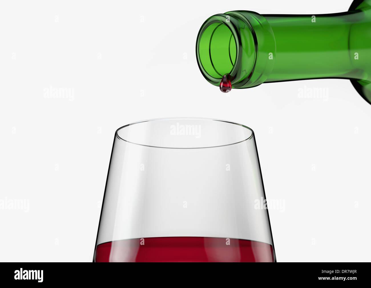 Rotwein Glas mit letzten Tropfen Ausgießen aus der Flasche. Stockbild