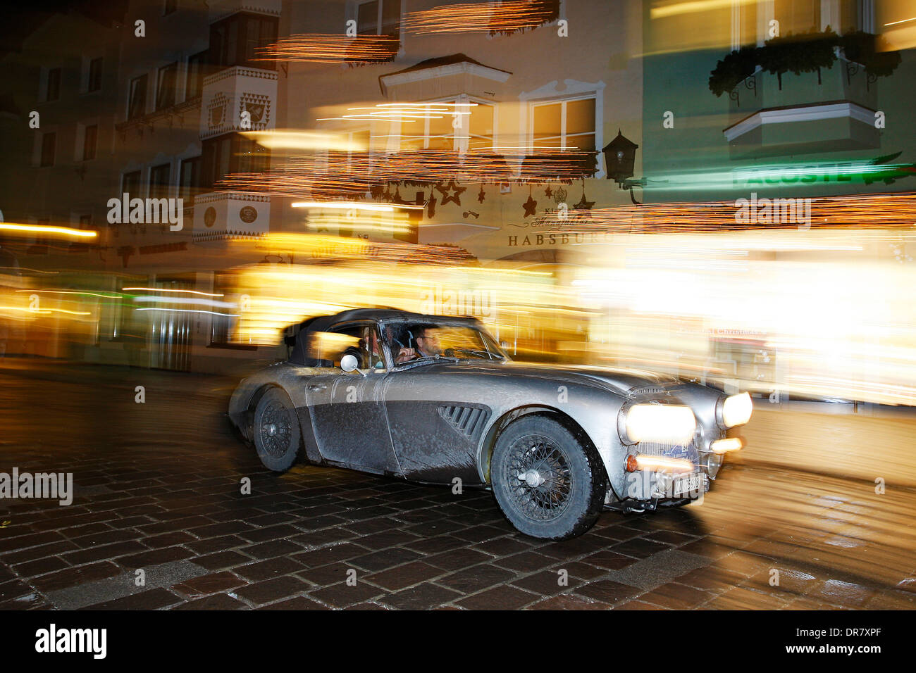 Oldtimer-Rallye, WinterRAID 2013, Austin Healey 3000 MK III, Baujahr 1966, historische Stadtzentrum von Kitzbühel, Stockbild