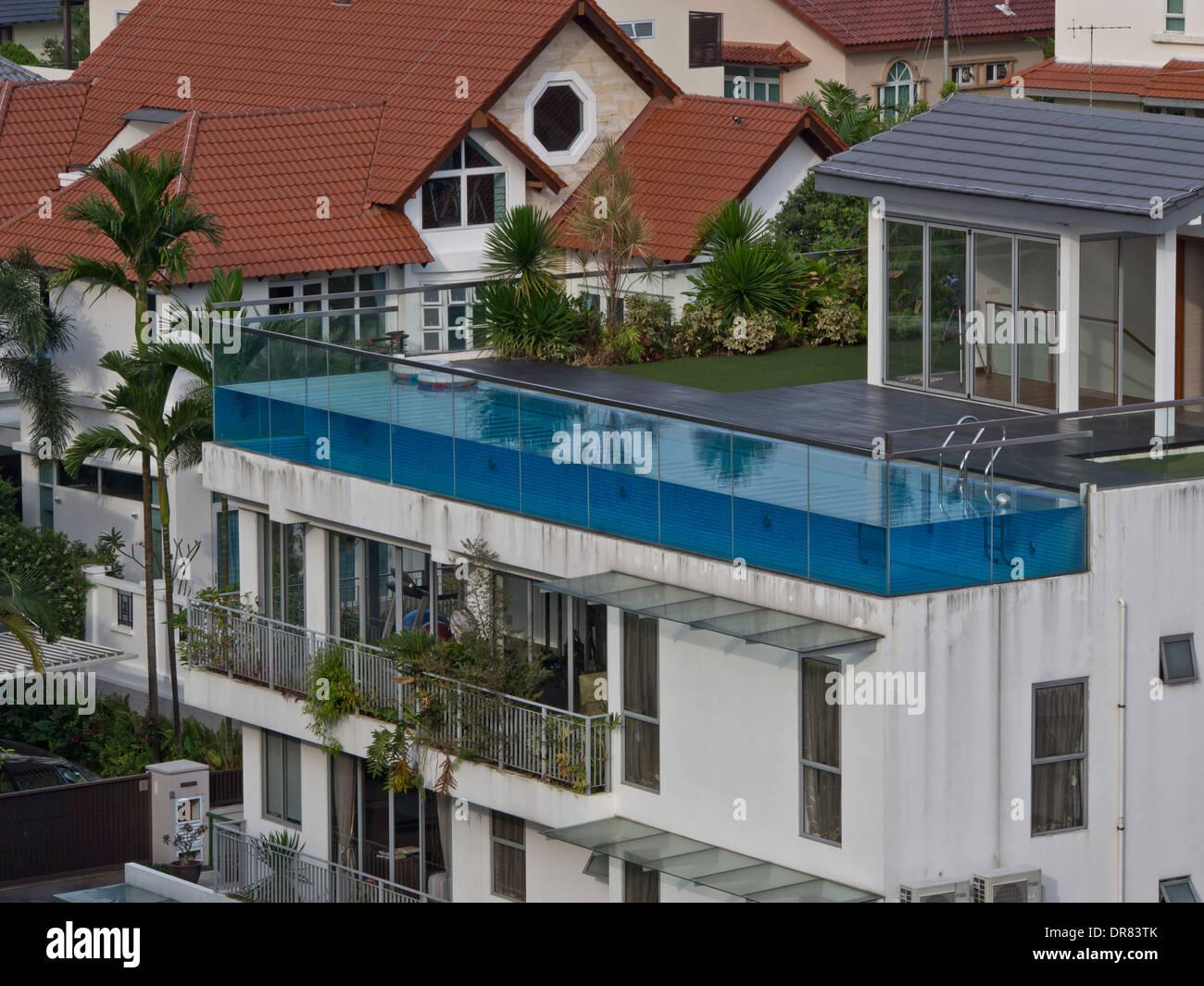 luxus haus mit pool auf dem dach im wohlhabenden stadtteil. Black Bedroom Furniture Sets. Home Design Ideas