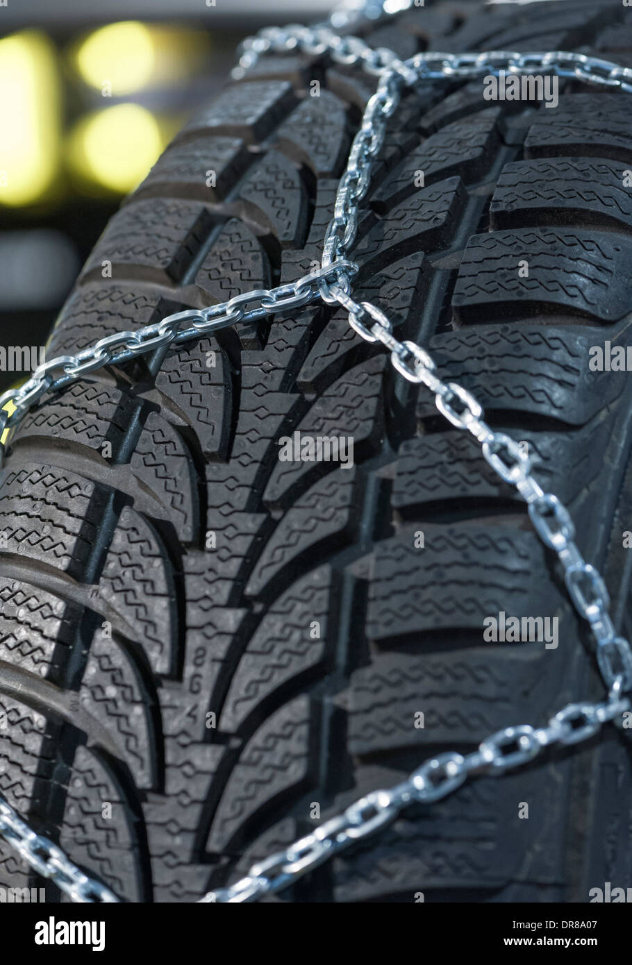 Rutschfeste Kette für das fahren auf Schnee, installiert auf einem Pkw-Reifen Stockbild