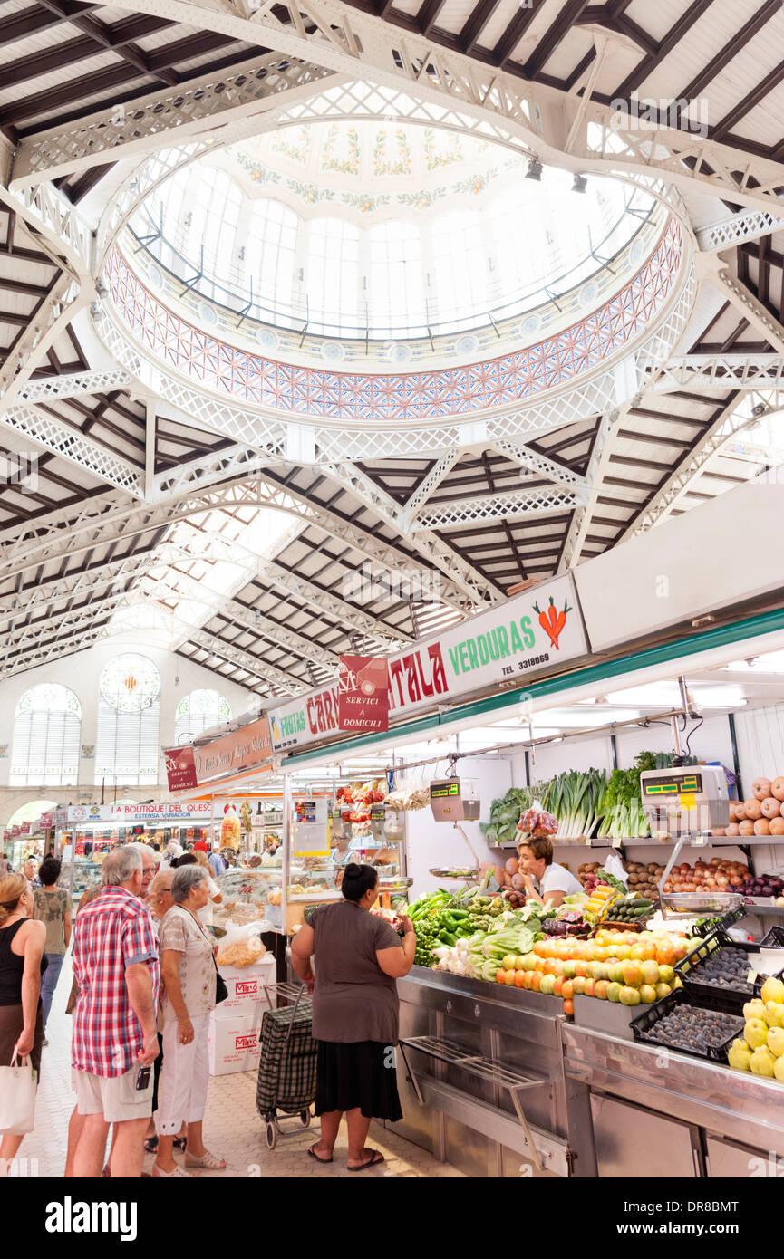 Obst und Gemüse Stand in der zentrale Markt, Valencia, Spanien Stockbild