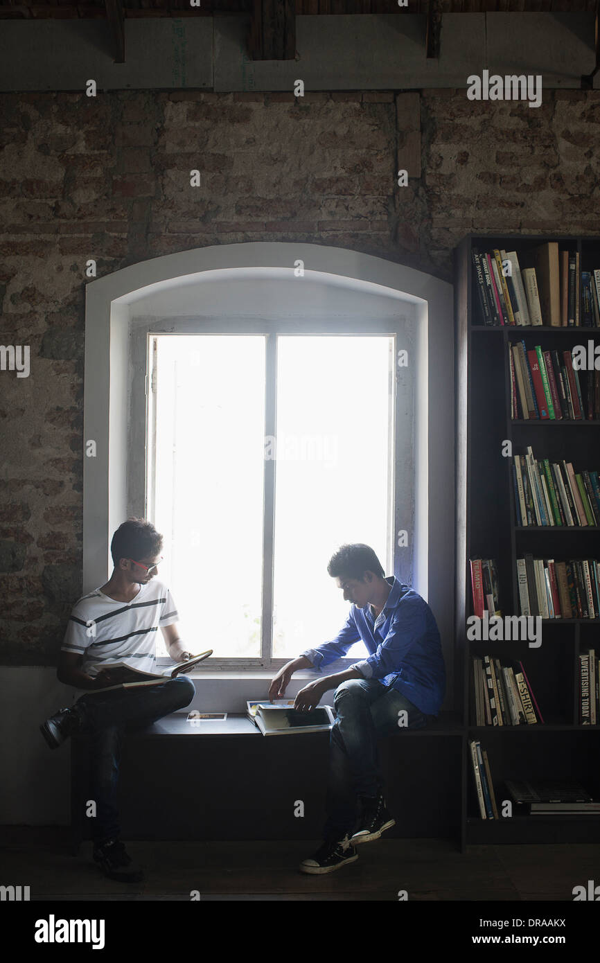 zwei Männer in Bibliothek Stockfoto