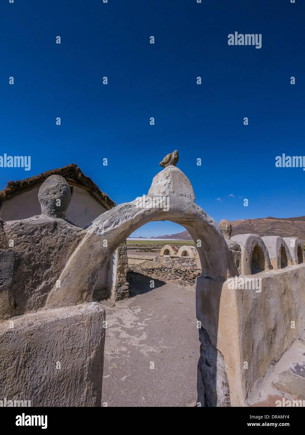 Eine einfache alte Adobe Kapelle mit markanten Bögen in der Nähe von Tahua, Bolivien. Stockbild