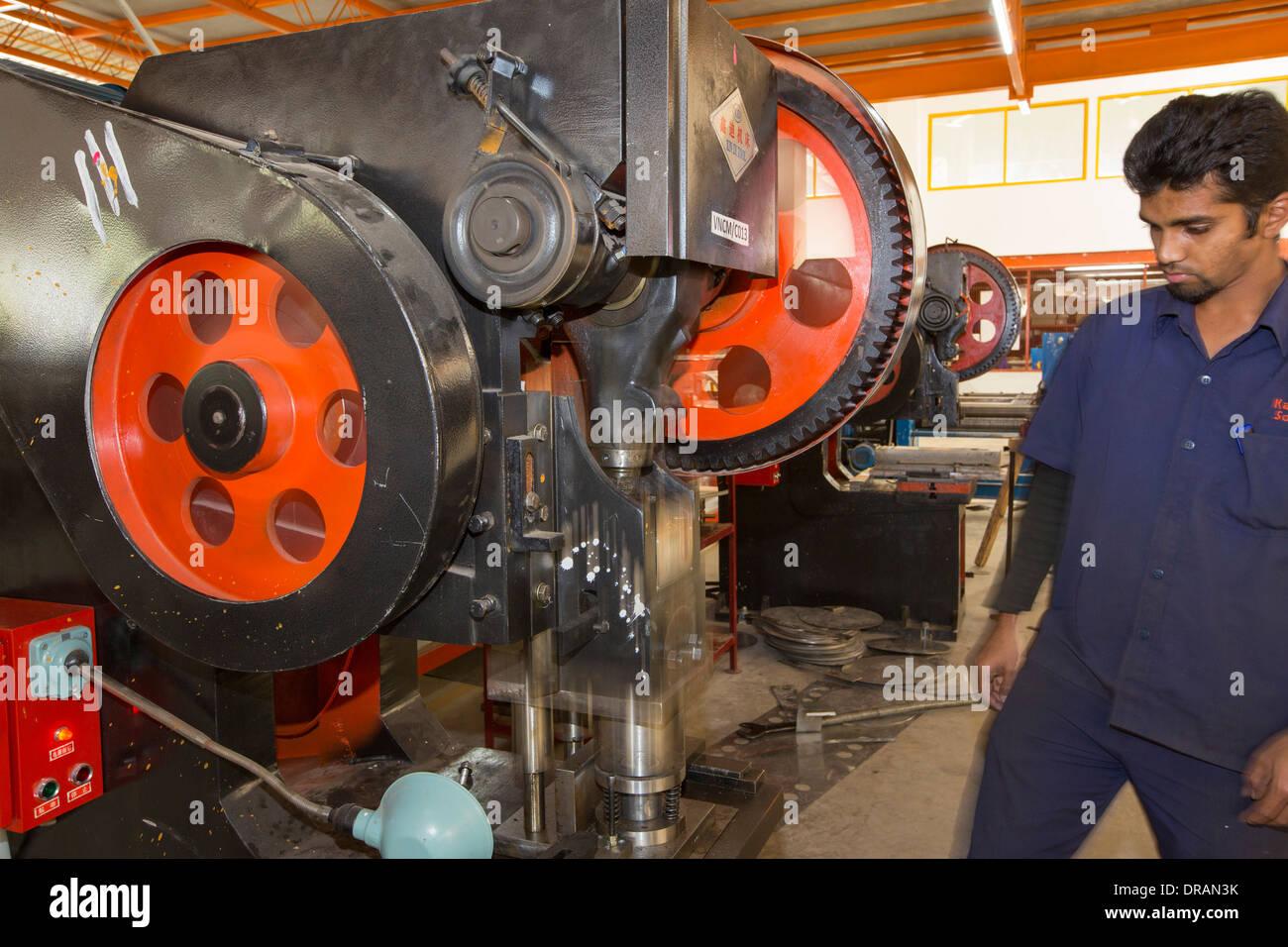 Die Kamal Fabrik in Bangalore, Karnataka, Indien, die thermische Sonnenkollektoren für die Warmwasserbereitung herstellt. Stockfoto