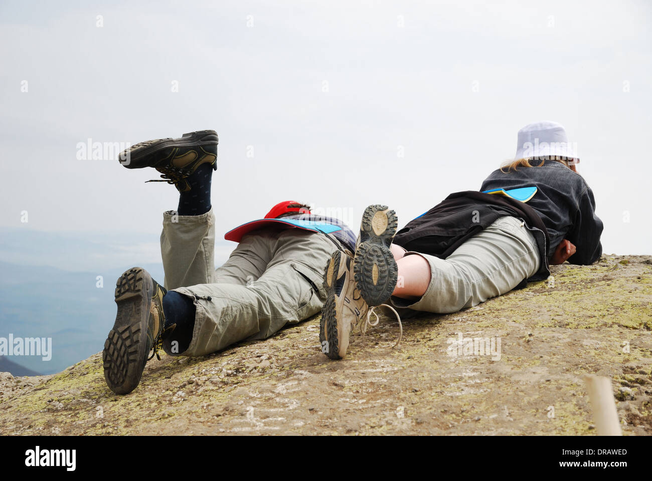 Eine Frau und ein Junge liegen auf Berg Stockbild