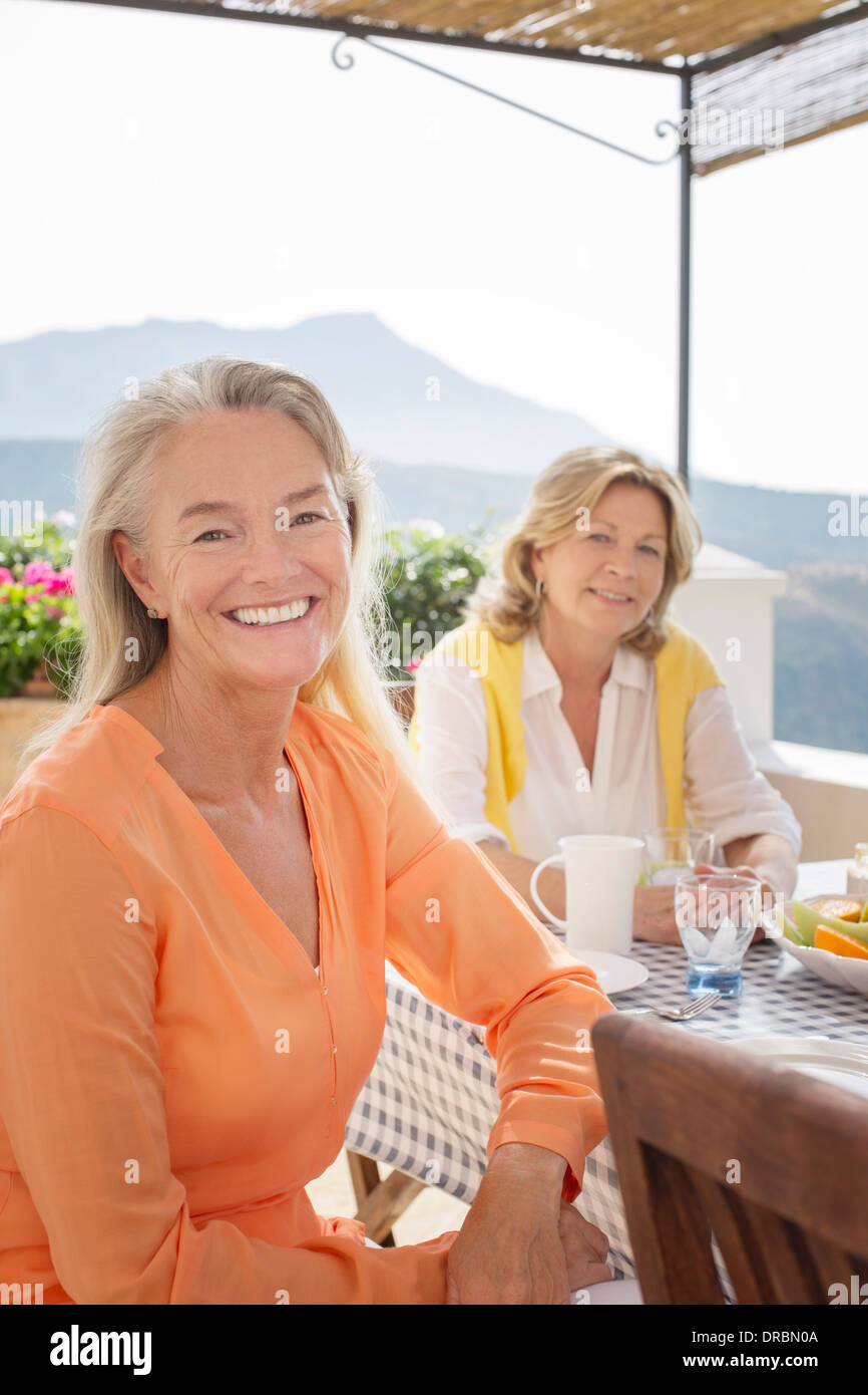 Frauen in Führungspositionen am Tisch auf Balkon Stockbild