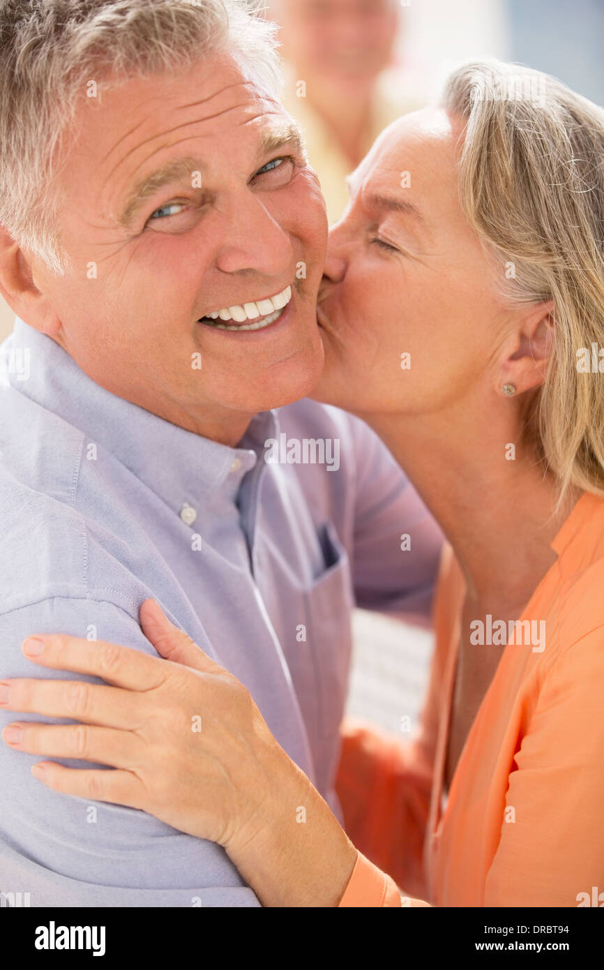 Älteres Paar küssen Stockfoto