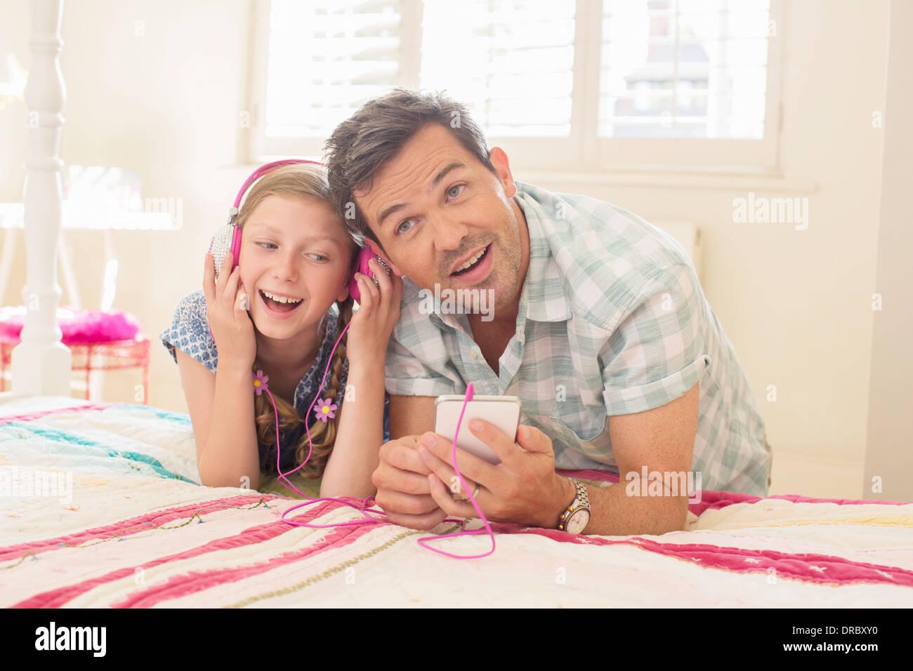 Vater und Tochter Kopfhörer anhören Stockbild