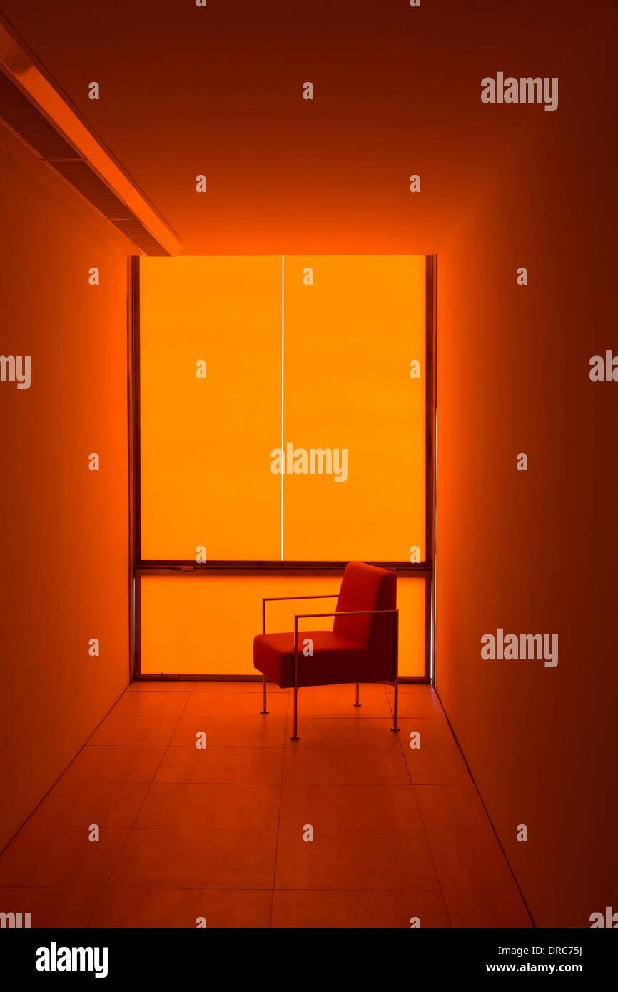 Stuhl am Fenster in orange Büro Stockbild