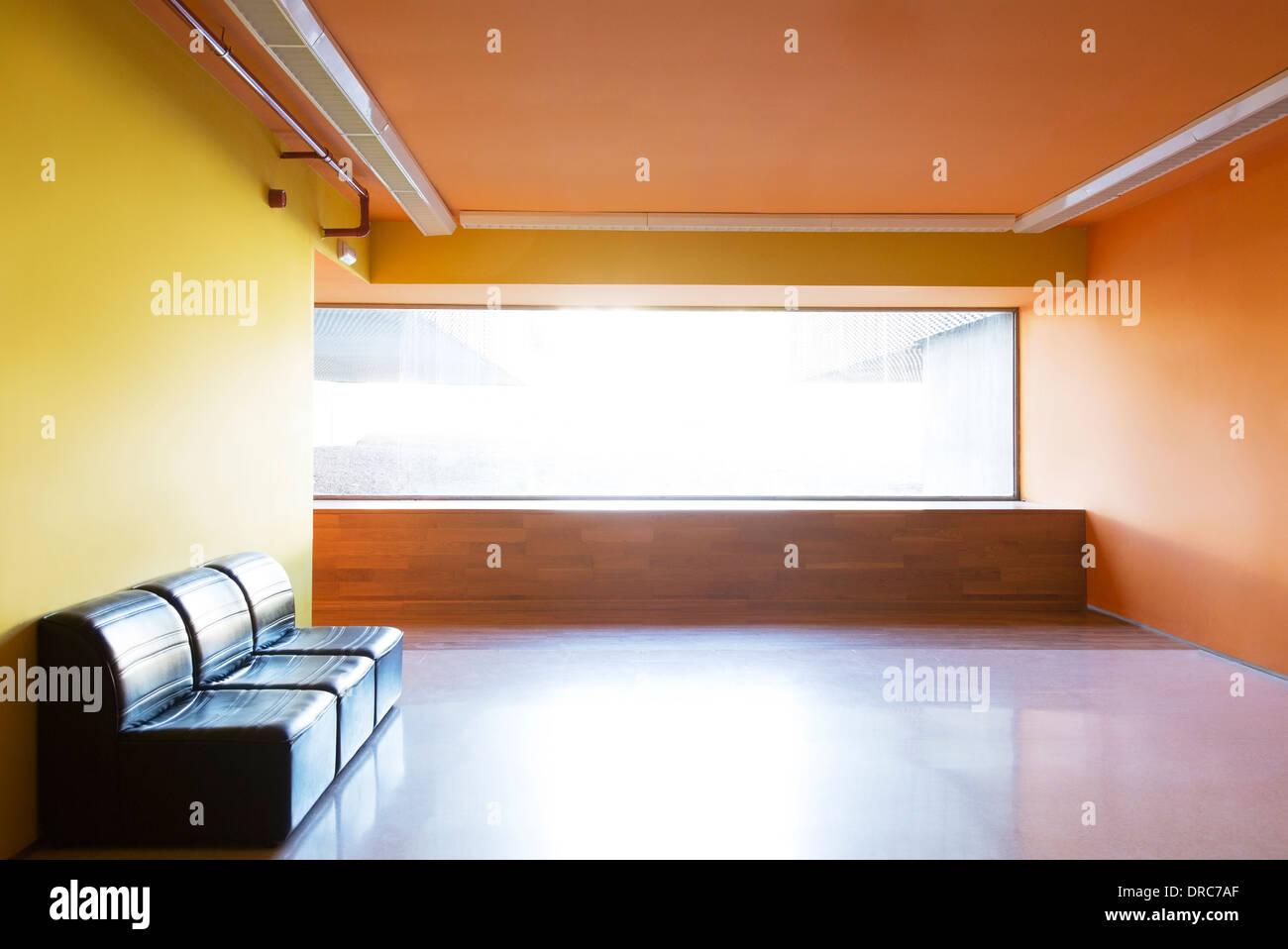 Stühle und Fenster in leere lobby Stockbild