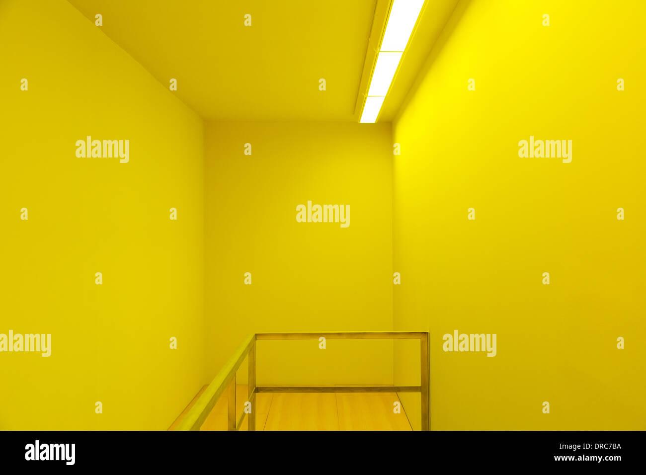 Geländer in gelbes Zimmer Stockbild