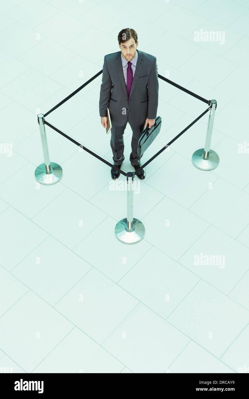 Geschäftsmann in angeseilt-off-Platz stehen Stockbild