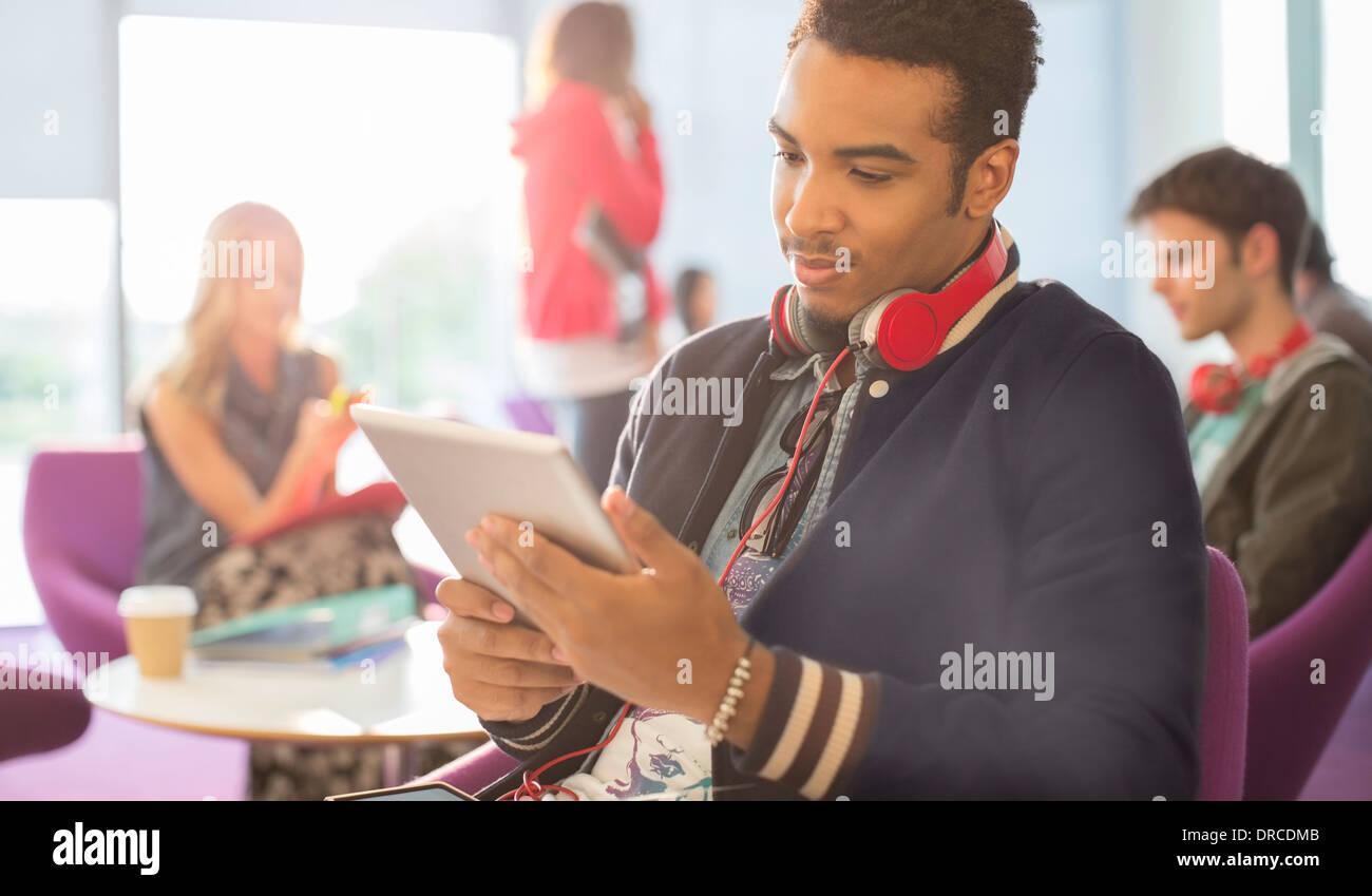 Studentin mit digital-Tablette in lounge Stockbild