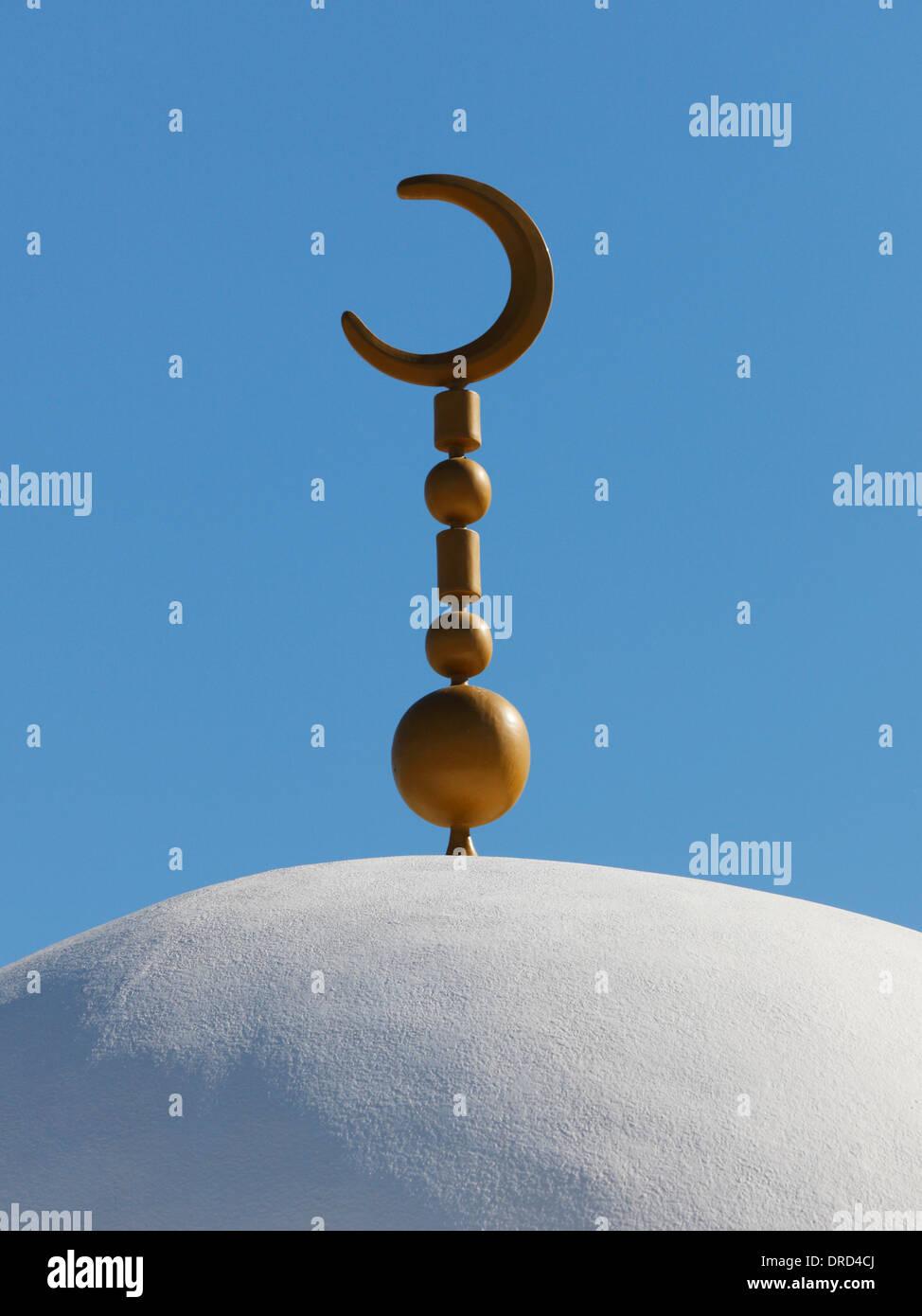 Minarett der Moschee mit Mondsichel-Symbol des Islam Stockbild