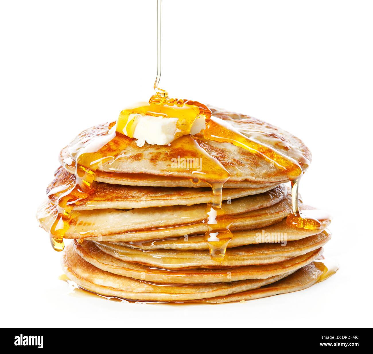 Stapel von kleinen Pfannkuchen in Sirup auf weißem Hintergrund Stockbild