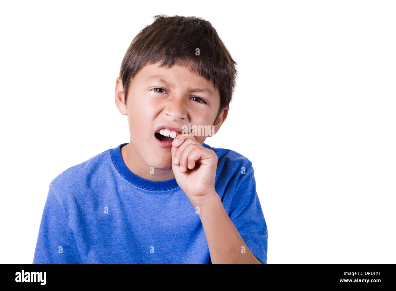 Junge mit Zahnschmerzen oder losen Zahn - auf weißem Hintergrund Stockbild