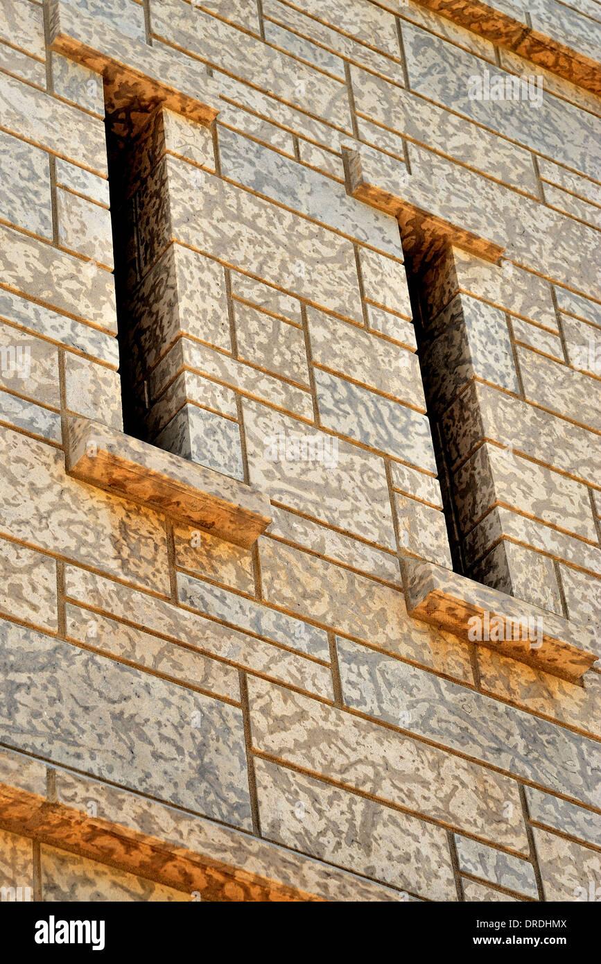 ein abschnitt der steinturm wand, mit engen schlitze stockfoto, bild