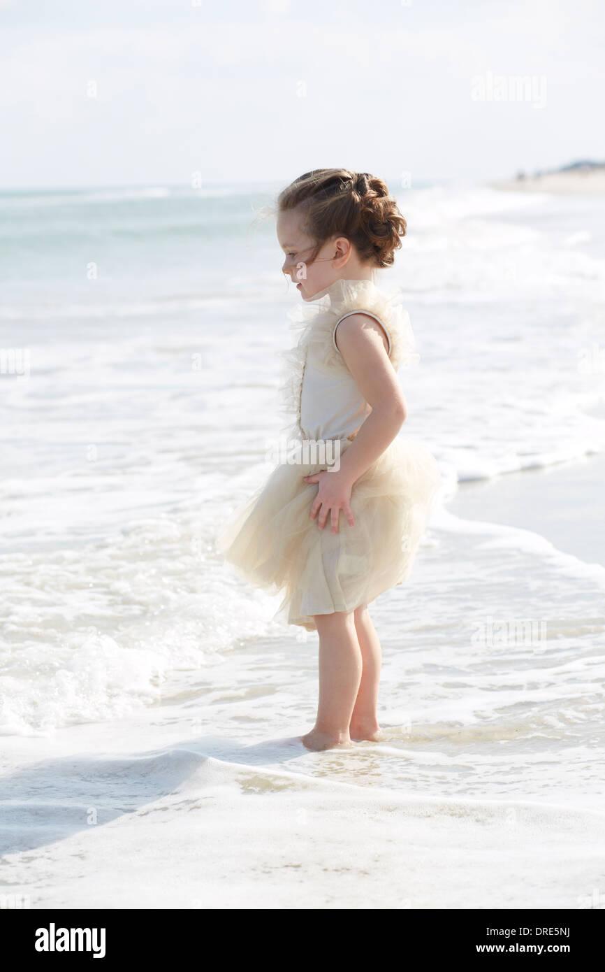 Mädchen in Prinzessin Kleid am Strand Stockbild