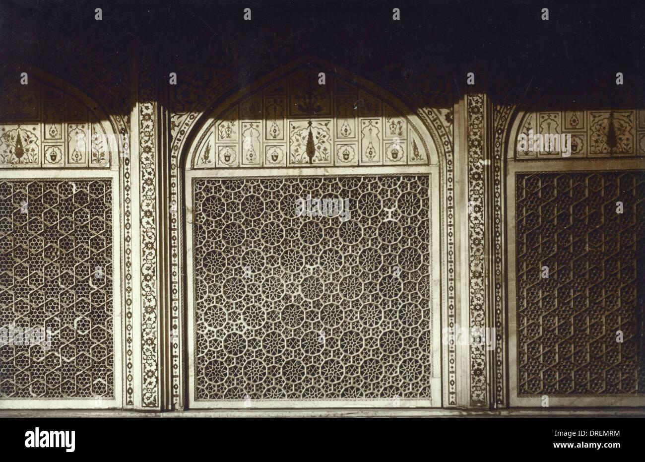 Geschnitzte Maßwerk in einer Moschee Stockfoto