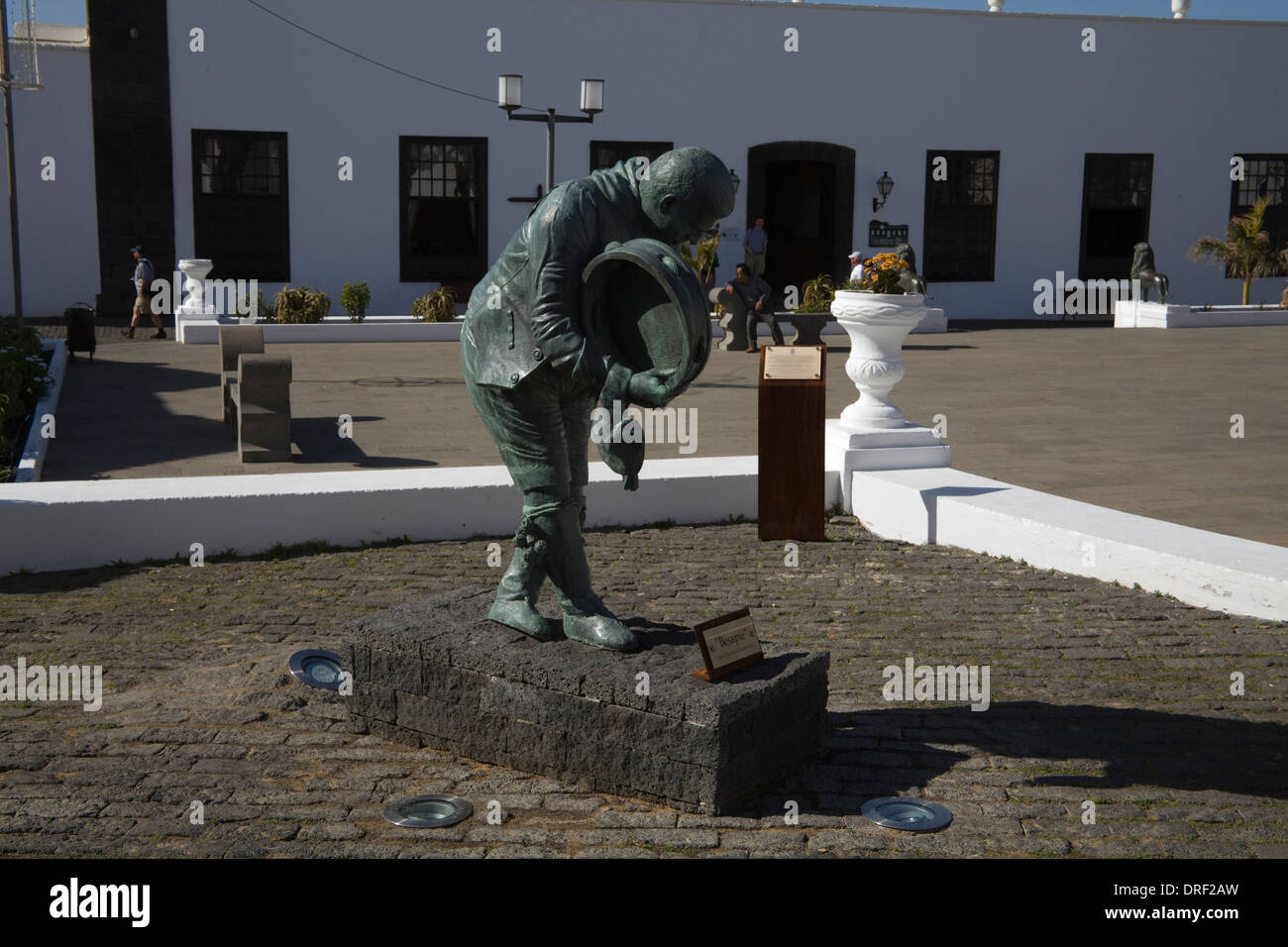 Teguise Lanzarote Besapie Wundertätigkeit von Rigoberto Perez Camacho in Plaza De La Constitucion Casa Museo del Timple hinter Stockbild
