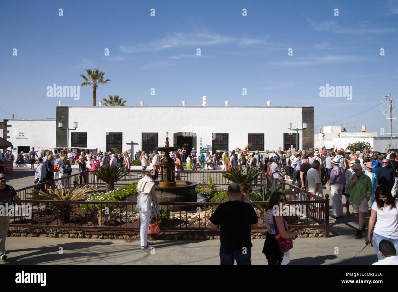 Teguise Lanzarote Kanarische Inseln beschäftigt mit den Besuchern Wochenmarkt in Plaza De La Constitucion Casa Museo del Timple quadratisch Stockbild